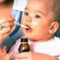 bebê tomando homeopatia
