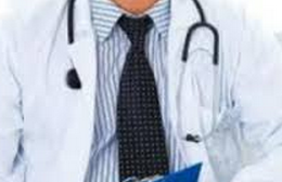 médico escreve braço mulher gravida